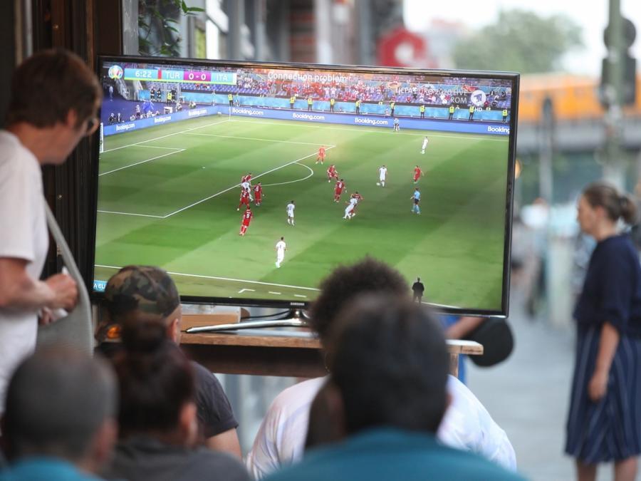 SPD und Linke kritisieren UEFA wegen Umgang mit Corona-Regeln