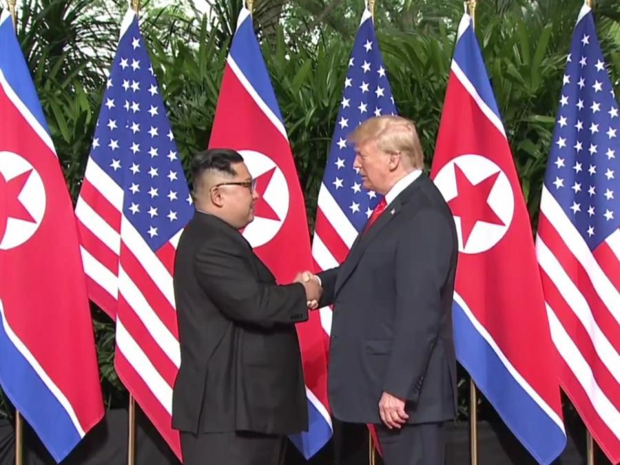 Trump und Kim zu historischem Treffen zusammengekommen