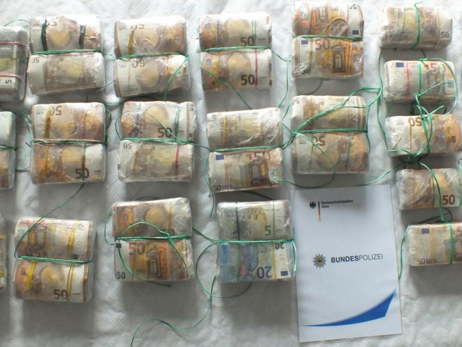 NRW: Polizei findet 714.900 Euro Bargeld bei Autofahrerin