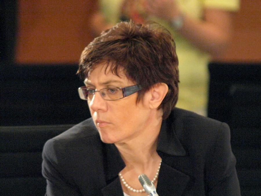 Kramp-Karrenbauer droht bei Pkw-Maut mit Vermittlungsausschuss