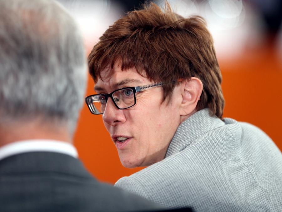 Kramp-Karrenbauer lehnt Große Koalition ohne Angela Merkel ab