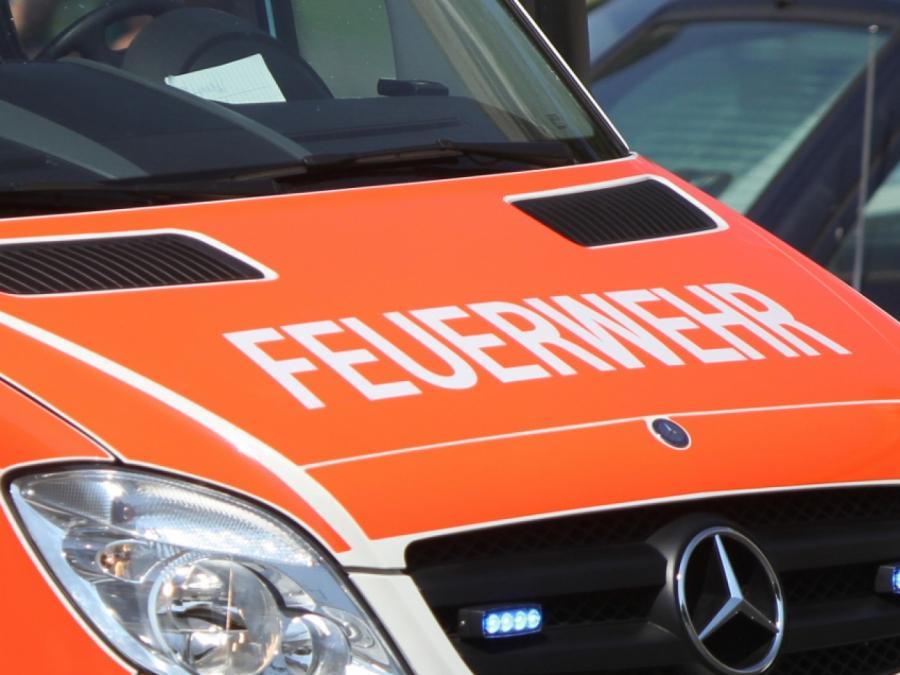 Mindestens drei Verletzte bei Brand von Fanzug in Berlin