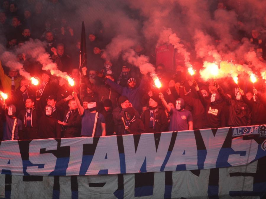 Pyrotechnik in Fußballstadien: Herrmann will härtere Strafen