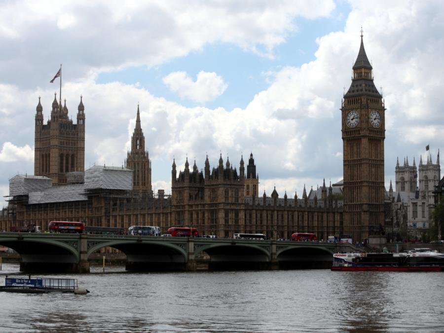 Auto fährt in Absperrung vor britischem Parlament - Mehrere Verletzte