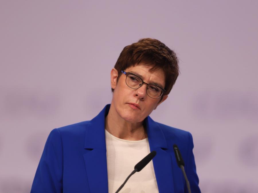Kramp-Karrenbauer widerspricht Mindestlohn-Vorstoß