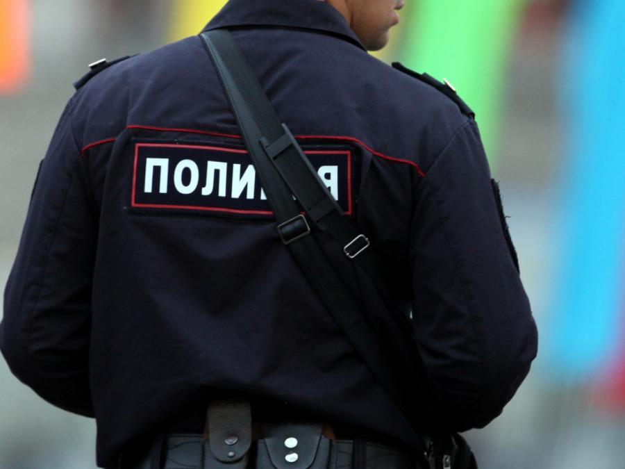 Taxi fährt in Moskau in Menschenmenge