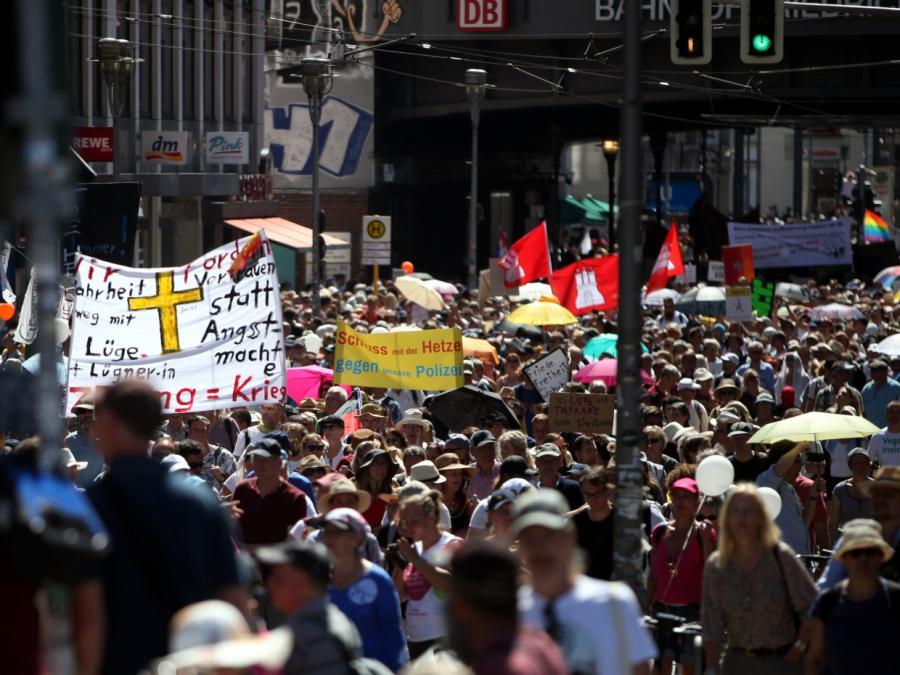 Von Lucke: Corona-Proteste könnten in neuen Extremismus umschlagen